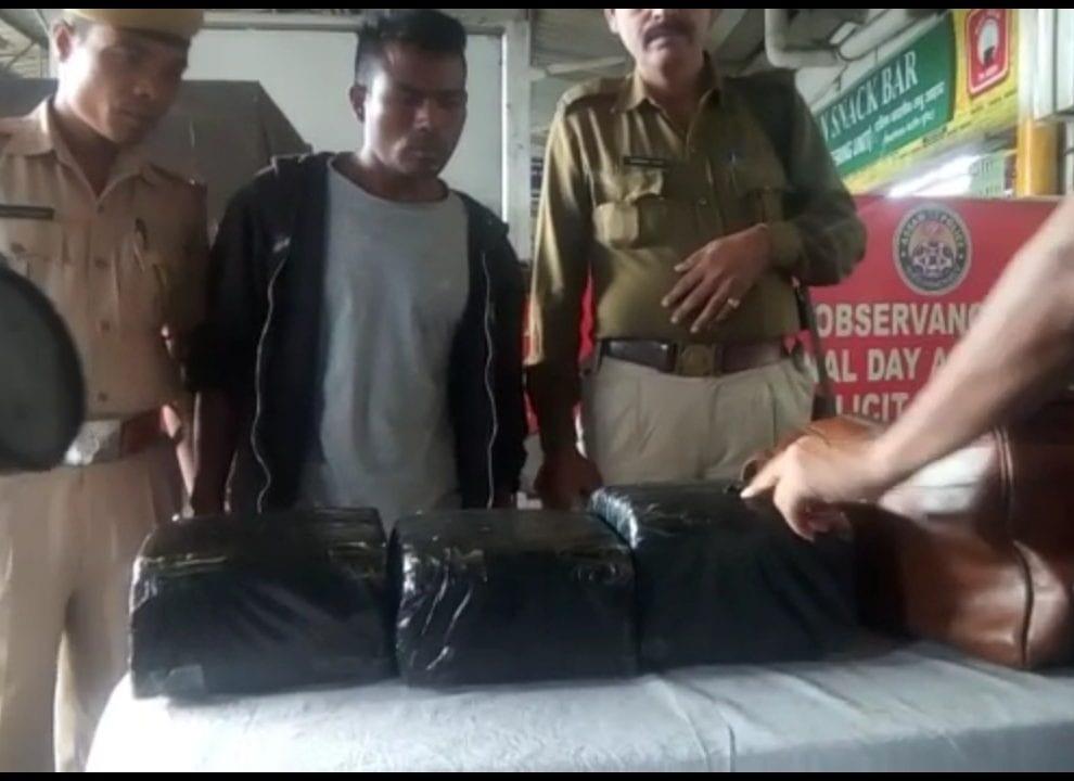 गुवाहाटीआव रेलवे पुलिसआ 15 कि.ग्रा. गान्जा हमदों, सासे सुबुंखौ खायो